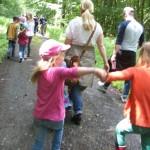 Kinder hüpfen fröhlich